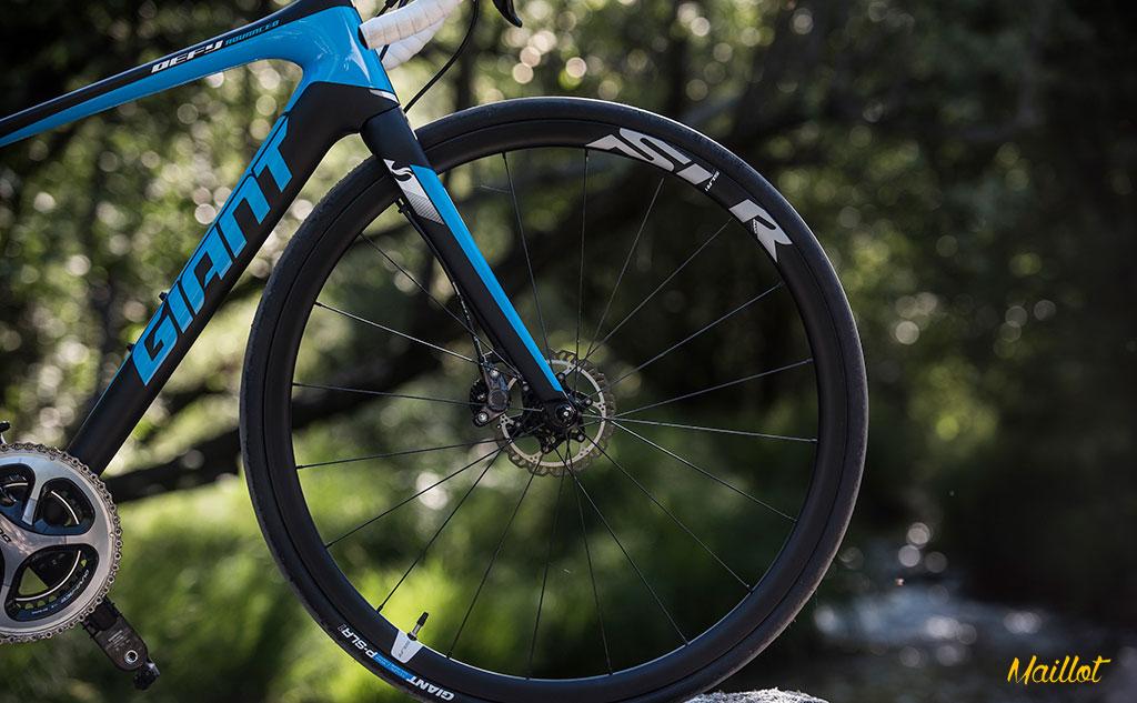 Las ruedas SL-R 1 Disc son rígidas, ligeras y aceleran a la mínima insinuación de tus piernas